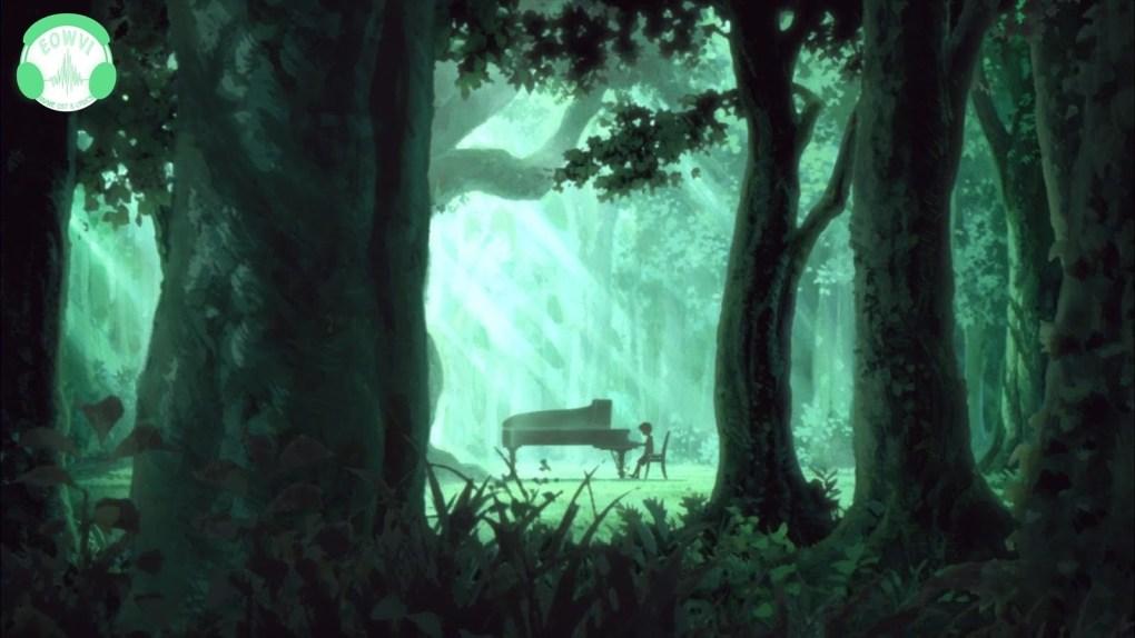 Uma floresta escura e esverdeada com uma clareira ao fundo. Um garoto sentado tocando um piano no centro da clareira.