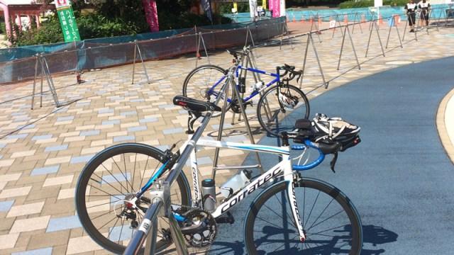 トライアスロンレース会場のロードバイク