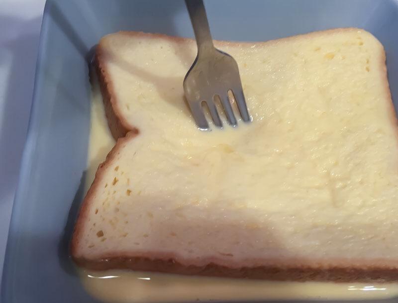 乳液にひたした食パンをフォークで写真