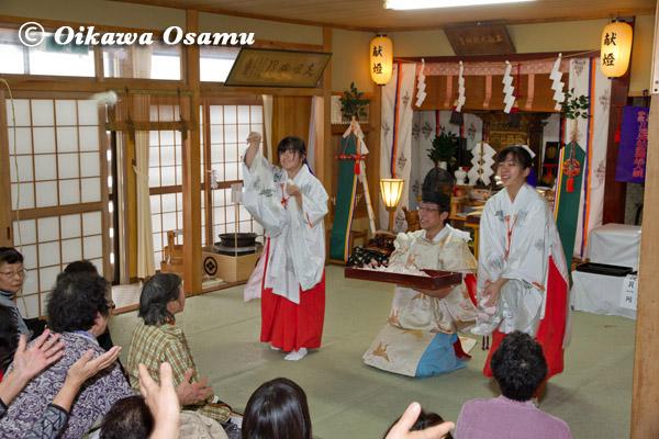 福島町 川濯神社敬神婦人講新年祭 餅まき 2013