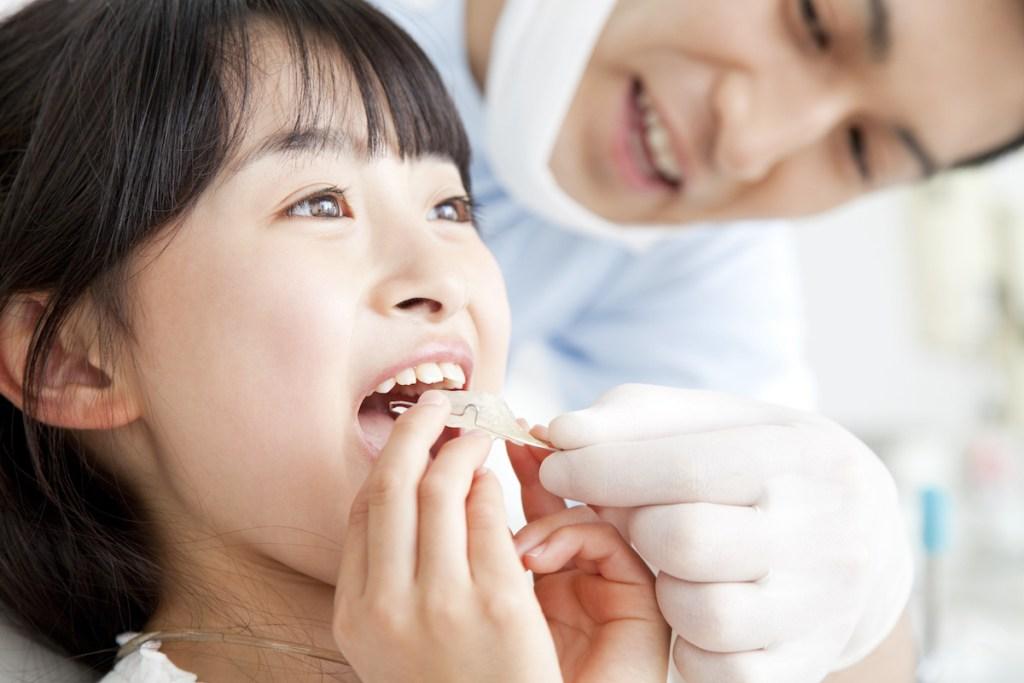 歯の矯正をする女の子