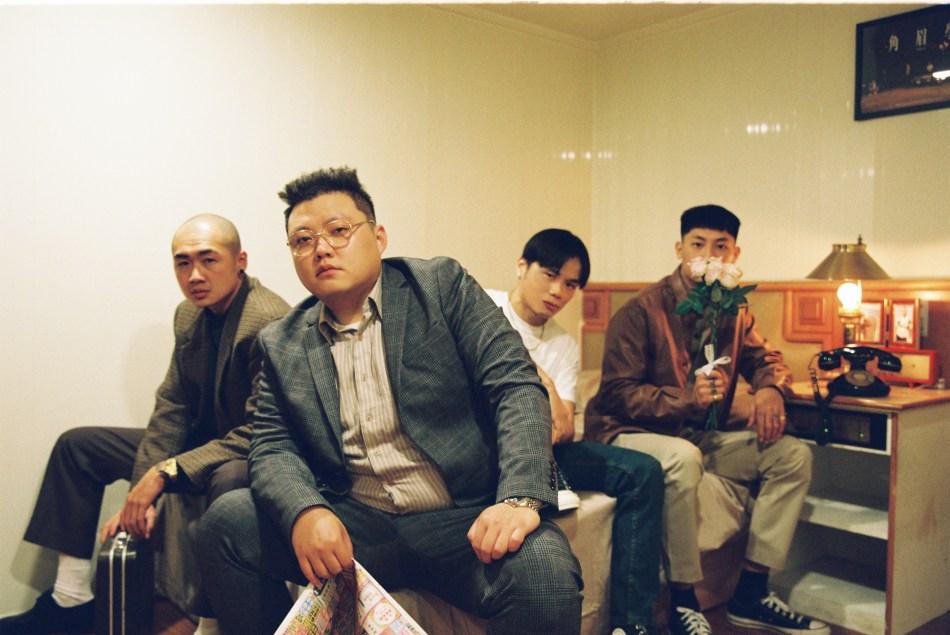 再破百萬點擊!嘻哈饒舌團體臭屁嬰仔《暗班車》聯手Barry Chen 團員聽到音樂成品落下男兒淚。 2