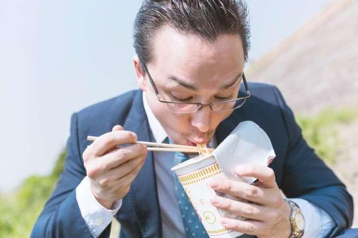 給料が少なくてカップ麺しか食えない写真