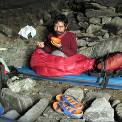 mingyur-rinpoche-eating-in-cave
