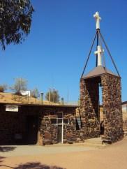 Monumental fachada exterior de una iglesia subterránea