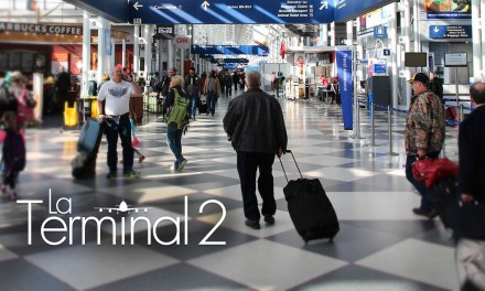 La Terminal 2: un hombre emula película de Tom Hanks
