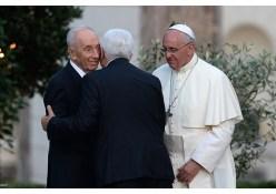 Shimon Peres y Mahmoud Abbas con el Papa