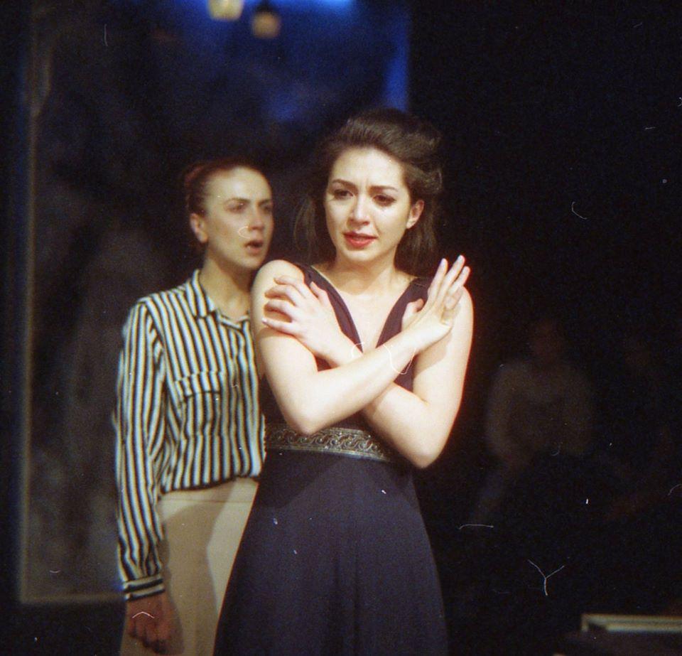 Bianca Cuculici (Estelle) și Oana Predescu (Ines)