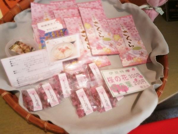 さくらの花とお茶
