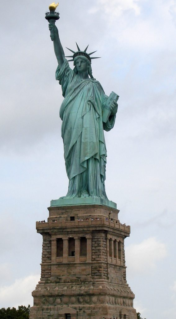 自由の象徴 [https://upload.wikimedia.org/wikipedia/commons/a/a1/Statue_of_Liberty_7.jpg]