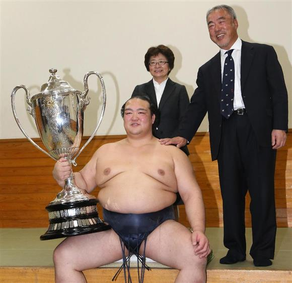 賜杯を抱く稀勢の里 [http://www.iza.ne.jp/kiji/sports/photos/170122/spo17012220270039-p1.html]