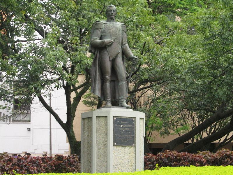 Estatua de Francisco de Paula Santander junto a la Avenida del Río.