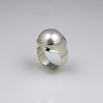 Majestic Mabe Pearl White Gold Dress Ring