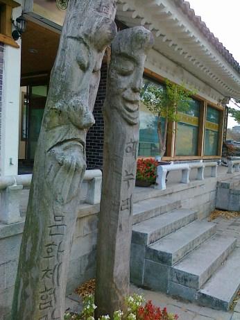 Ukiran kayu berbentuk wajah yang unik di komplek Culinary School of Korea