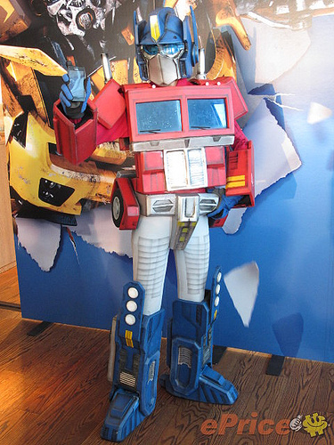 Nokias Smartphone Promo Featuring Transformable G1 Transformers Cosplayers  YouBentMyWookie