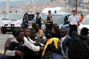 В столице Франции мигранты нападают на мирных туристов(Видео)