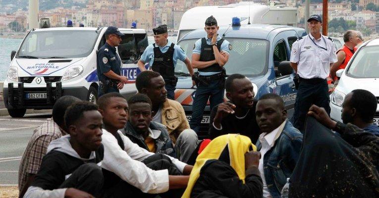 В столице Франции мигранты нападают на мирных туристов, мигранты пугают коренных французев, мигранты, мигранты заполонили Францию,блог,новости,новости Франции