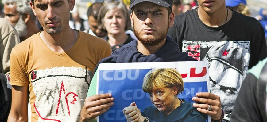 В Кельне толпа мигрантов огромной массой затащило женщину в метро и надругались. Немецкая полиция отказывается принимать заявление от женщины по причине толерантности.