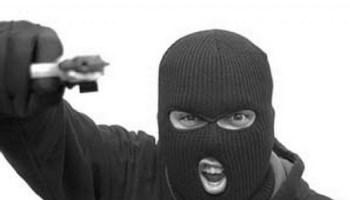С помощью видеозаписи с камер наблюдения были установлены приметы подозреваемого. Фигуранта удалось задержать с поличным, когда он поджидал у здания банка очередную жертву.