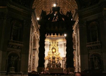 Elle à l'air magnifique, mais dommage les éclairages laissent à désirer ! Le Vatican pense-t- il que c'est à Dieu d'éclairer la Basilique la plus célèbre du monde ?
