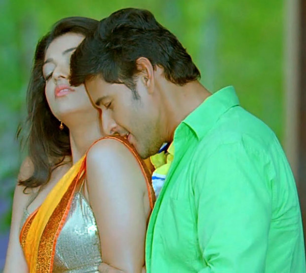 kajal agrawal kissing wallpapers