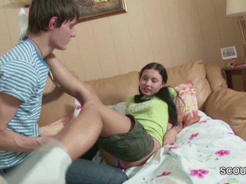 童顔な貧乳パイパン娘が彼氏と生セックス!親に内緒で中出しまでさせちゃってる洋物動画