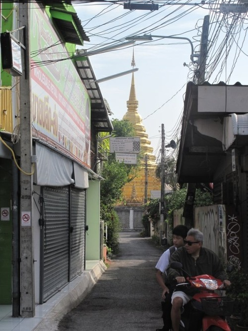 Temple spied down an alleyway
