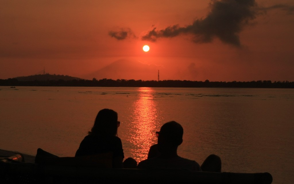 Couple watching sunset on GIli Air