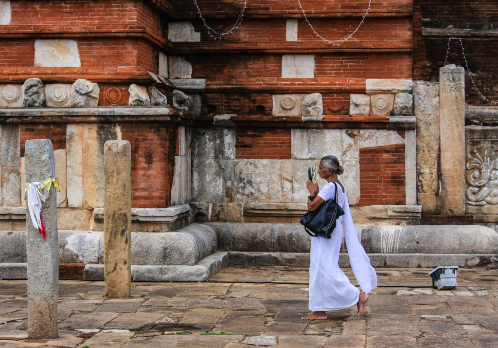 Women praying at Anuradhapura