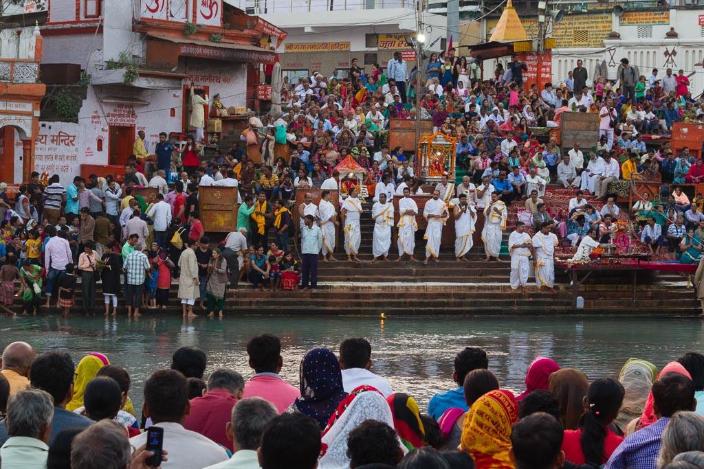 Priests at the Har-Ki-Pairi ghat