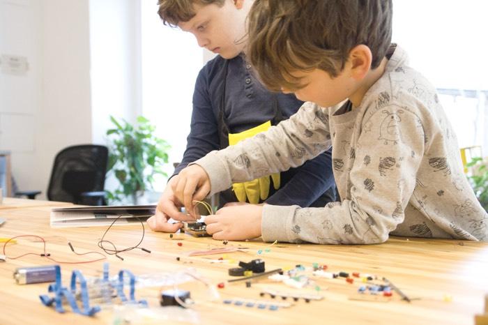 Kinder arbeiten mit elektronischen Schaltkreisen