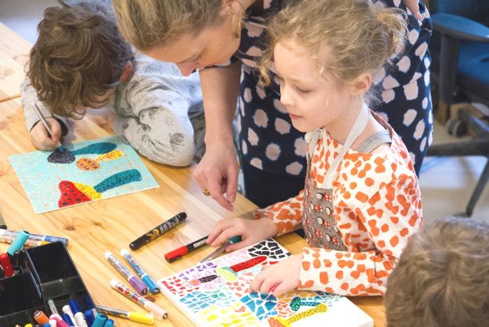 Kinder bei dem Malkurs von Young Creators