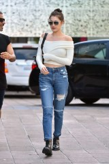 Bella-Hadid-in-Ripped-Jeans--18-662x994