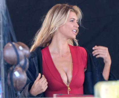 Kelly-Rohrbach-on-the-set-of-Baywatch--02