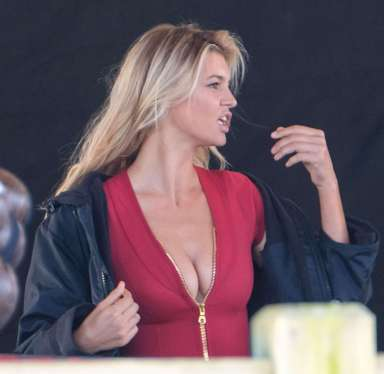 Kelly-Rohrbach-on-the-set-of-Baywatch--10