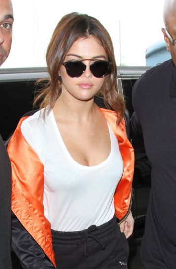 selena-gomez-at-lax-airport-in-los-angeles-04-07-2016_2