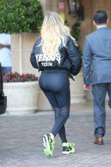 Khloe-Kardashian-in-Leggings--04-662x993