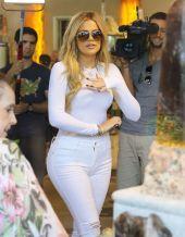 khloe-kardashian-shopping-in-west-hollywood-09-01-2015_4