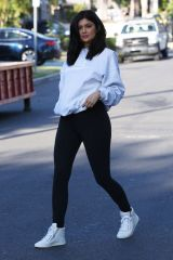 kylie-jenner-out-and-about-in-van-nuys-06-07-2016_5