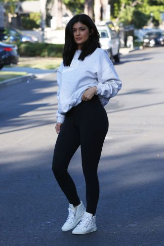 kylie-jenner-out-and-about-in-van-nuys-06-07-2016_6