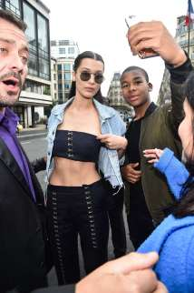 Bella-Hadid--Arriving-at-the-Versace-Fashion-Show--09