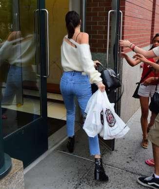 Kendall-Jenner--Arriving-at-Kanye-Wests-Apartment--09