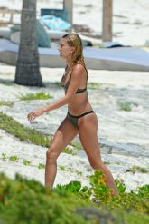 hailey-baldwin-in-bikini-on-the-beach-in-turks-and-caicos-08-12-2016_4