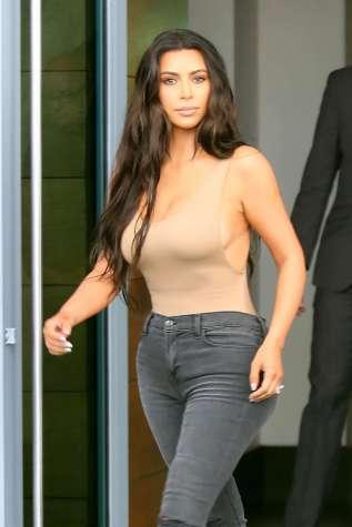 kim-kardashian-shopping-in-miami-10