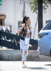 madison-beer-shopping-at-mayfield-03