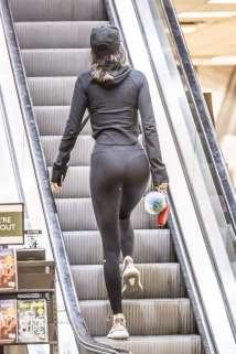 kendall-jenner-in-tights-shopping-01