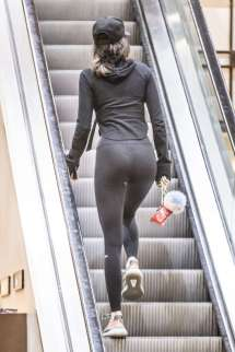 kendall-jenner-in-tights-shopping-02