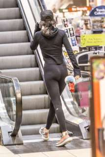 kendall-jenner-in-tights-shopping-09