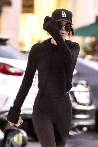 kendall-jenner-in-tights-shopping-12