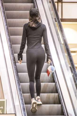 kendall-jenner-in-tights-shopping-24